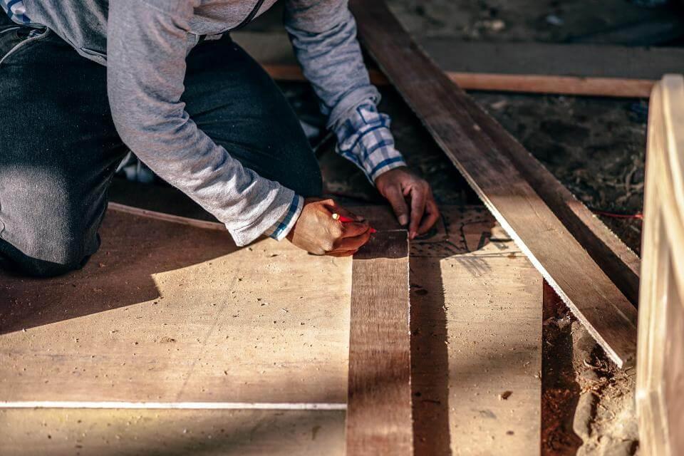 Pracownik firmy budowlanej podczas pracy na budowie domu.