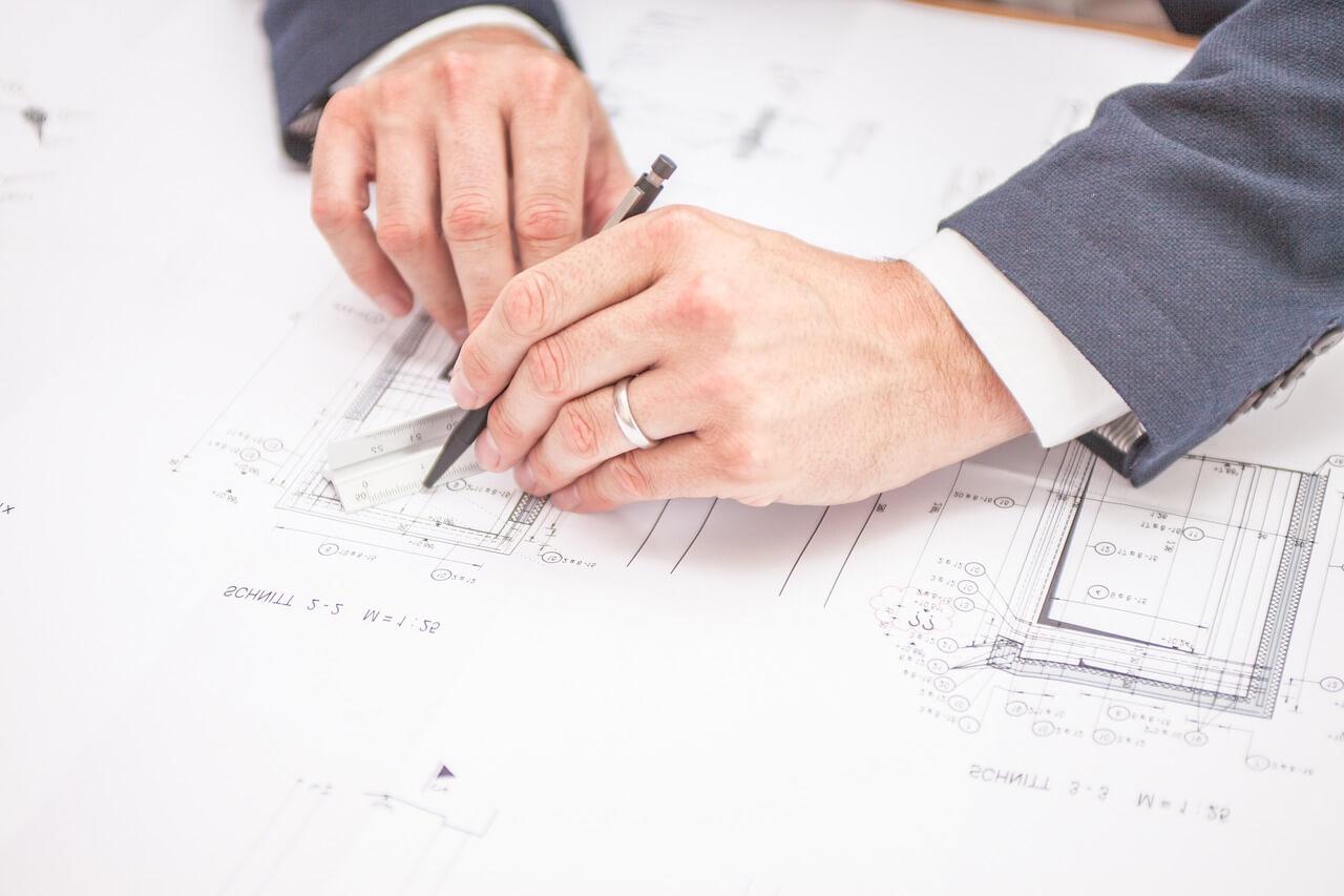 Architekt wykonujący projekt budowlano-architektoniczny